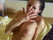 Страстная брюнетка в немецком любительском порно сосёт член для буккакэ