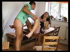 Домашнее видео потрясающего интима с фигуристой горничной на обеденном столе