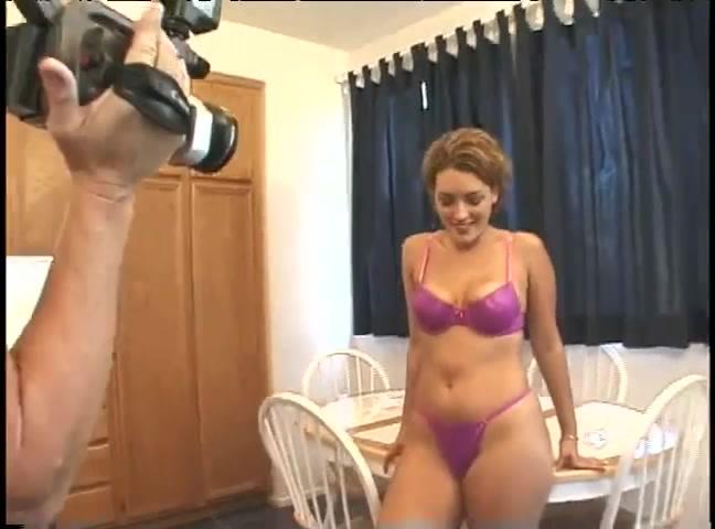 Красотку в фиолетовом купальнике в домашнем видео трахает в киску оператор с камерой