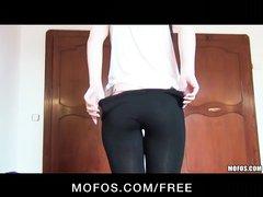 Фигуристая парижанка в домашнем видео крупным планом получает член в киску