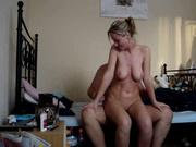 Активная блондинка предпочитает секс в активной позе, поэтому резво скачет на члене