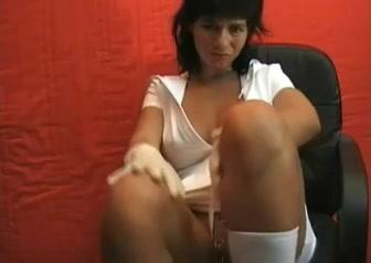 Медсестра в любительском видео увлеклась анальной мастурбацией с большим фаллосом