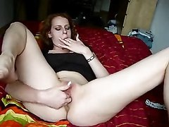 Немецкая красотка отчаянно дрочит влажную киску секс игрушкой и пальчиками
