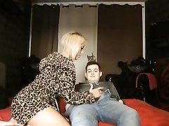 Везунчик в домашнем порно натягивает зрелую блондинку с тату и большими сиськами
