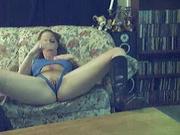 Любительское порно с мастурбацией клитора и вибратор в киске красотки в сапогах