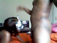 Негритянская парочка для любительского секса на камеру надела на лица маски