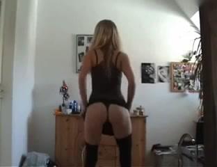 Стройная блондинка танцует стриптиз онлайн на вебкамеру и снимает нижнее бельё