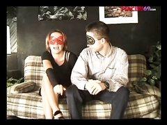 Грудастая римлянка с мужем надели маски для съёмки в домашнем видео на диване