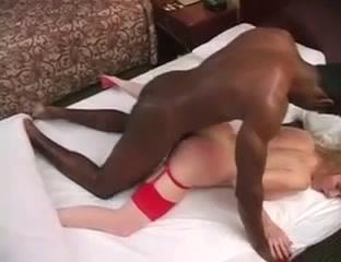 Блондинка в чулках в межрассовом любительском видео стонет от чёрного члена