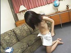 Любительское порно выявило способность худощавой азиатки сосать член
