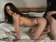 Резвая брюнетка эмо хорошо проявила себя в домашнем порно и была весьма активной