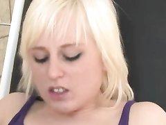 Блондинка в немецком порно просит доктора лизать клитор и вставить член в киску