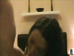 Домашнее видео со зрелой брюнеткой сосущей член и просящей вставить глубже