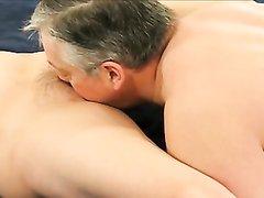 В домашнем видео муж лижет киску зрелой рыжей жене и трахается в 69 позе