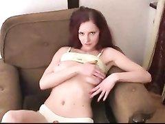 Рыжая кокетка для любительского порно отсосала член и подставила узкую дырку