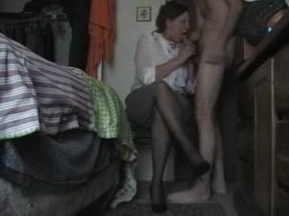 Зрелая дама в колготках рискнула сняться с молодым в любительском порно