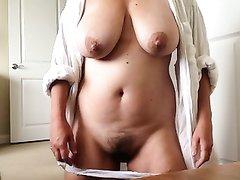 Аппетитная зрелая дама с большими сиськами дрочит клитор в домашнем порно