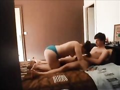 Шикарная краля в голубых трусиках в домашнем видео нырнула в объятия друга