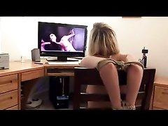 В любительском видео голая блондинка в одних чулках сидит привязанной к стулу