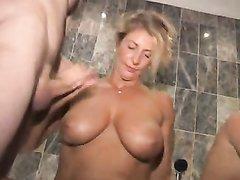 Зрелая блондинка с грудастой подругой трахаются в групповом любительском порно