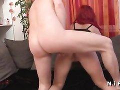 Брюнетка в домашнем анальном порно помогает мужу трахать в попу рыжую соседку