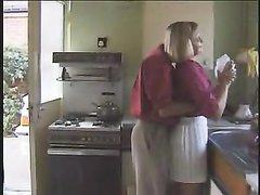 Аппетитная блондинка в домашнем порно берёт в рот короткий член и отдаётся в разных позах