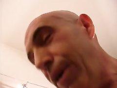 Зрелый мачо крупным планом лижет киску молодой шлюхе в любительском порно