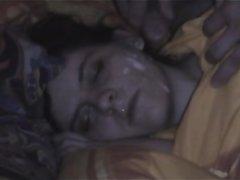 Дама на видео прикидывается спящей и партнёр мастурбирует член для буккакэ