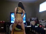 Леди в любительском порно с женским доминированием жёстко сидит на лице парня