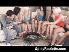 Смазливые студентки организовали на съёмной квартире групповой секс