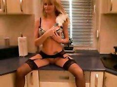 Чувак в костюме в любительском видео на кухне натягивает зрелую блондинку в нижнем белье
