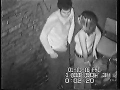 Скрытая камера на улице снимает секс пары, не сумевшей сдержать вожделение