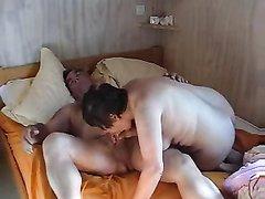 Зрелая пышка на видео со скрытой камеры тщательно сосёт член любовника