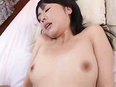 Молодая японка в азиатском любительском порно лижет ствол и отдаётся в волосатую киску