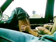 Горячая парочка предпочитает любительский секс в тесном салоне автомобиля
