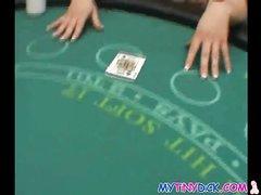 В домашнем порно от первого лица шалава отсасывает член азартного игрока