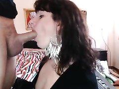 Зрелая итальянка для любительского видео на коленях отсасывает член соседа