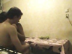 Скрытая камера запечатлела домашний секс брюнетки с маленькими сиськами