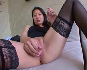 Азиатка в чулках шалит с вибратором до начала домашнего секса с приятелем
