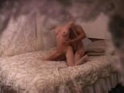 Любительское порно с нежной блондинкой, оседлавшей член парня в постели