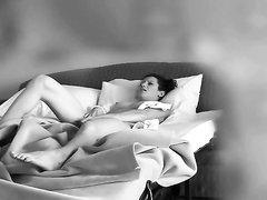 Домашнее видео с интенсивной мастурбацией одинокой итальянки в постели