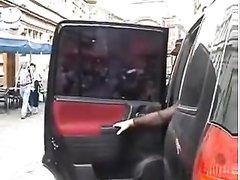 Парочка укрылась в салоне автомобиля для любительского секса в тесноте