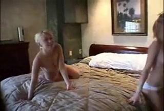 Молодые лесбиянки в домашнем порно