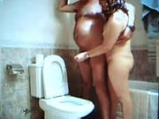 Зрелая и полная супруга в любительском видео дрочит член толстого мужа в туалете