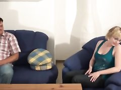 Муж предложил зрелой жене сняться в любительском порно с другим парнем