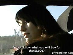 Чешская проститутка села в авто и за деньги отсосала член для интимного видео