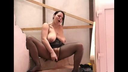 Грудастая и пышная брюнетка для любительской мастурбации применила секс игрушку