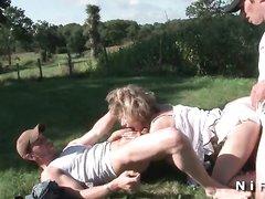Групповой анальный секс зрелой парижанки с двумя незнакомцами на природе