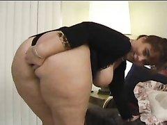 Зрелая толстуха с фигурной попой для любительского секса нашла смуглого партнёра