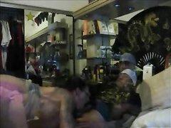Парень в тату в любительском видео натягивает на член резвую поклонницу